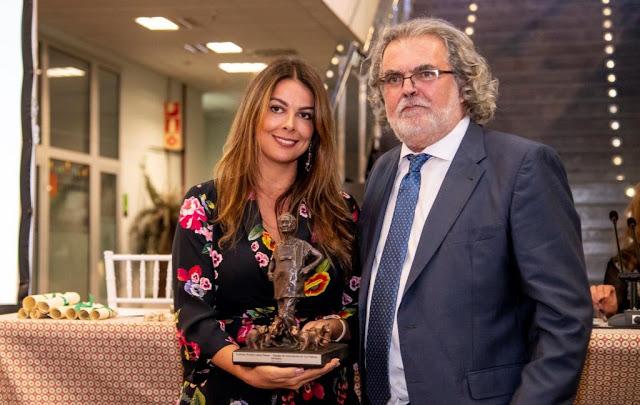Guacimara Cabrera, gerente de Oasis Park Fuerteventura, y Jose Enrique Rodríguez Grau Bassas, presidente del Ilustre Colegio de Veterinarios de Las Palmas